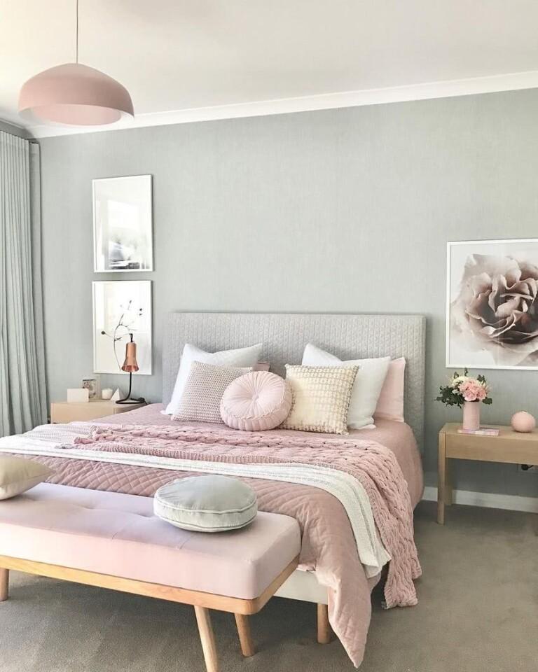 pared gris, cama en rosa, lámpara de techo rosa