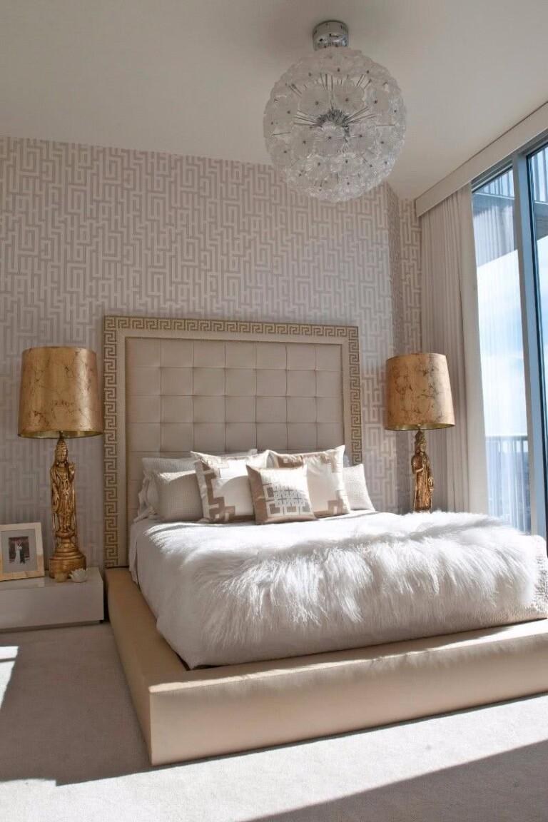 habitación elegante y lujosa en ton os crema con lámparas doradas