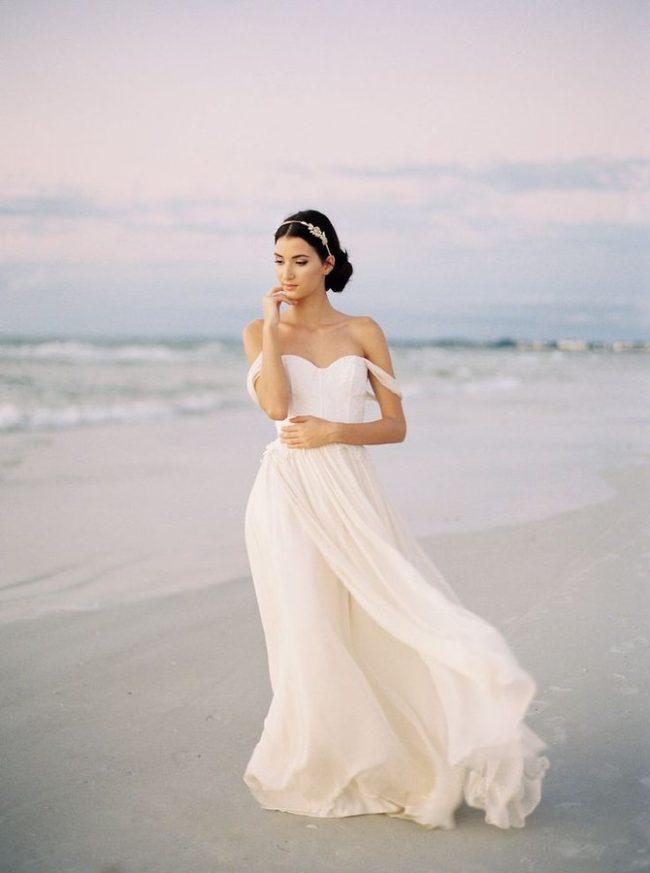 4f461fbf3 Los vestidos para una boda de este tipo se diferencian de los vestidos para  bodas tradicionales en que la tela debe ser de un tejido ligero y fluido