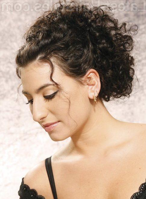los rizos se van sujetando en la parte de atrs mediante horquillas un peinado super sencillo para cabellos cortos