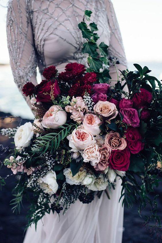 como alternativa puedes elegir rosas en tonos vino tinto para crear una versin actualizada del ramo clsico - Fotos De Ramos De Flores Preciosas