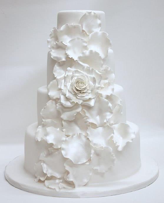 eebf52e4f Aunque es cierto que los pasteles blancos son los más tradicionales para  una boda
