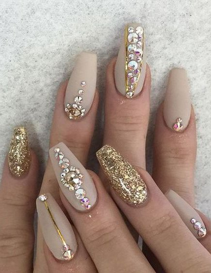 La mayoría de los modelos que emplean piedras para las uñas, son diseños  elegantes y cargados de estilo, ya que es un trabajo muy fino, que lleva  tiempo y